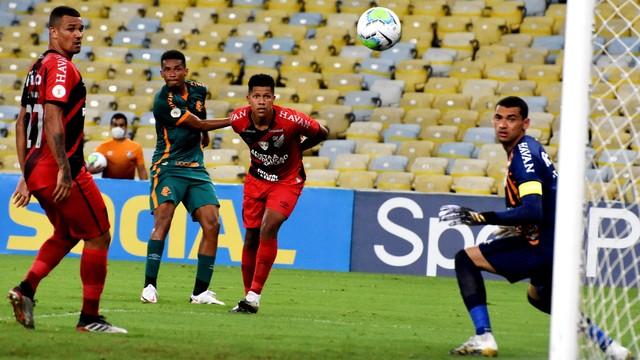 Marcos Paulo observa a bola entrar no gol da virada do Fluminense, o seu primeiro na partida