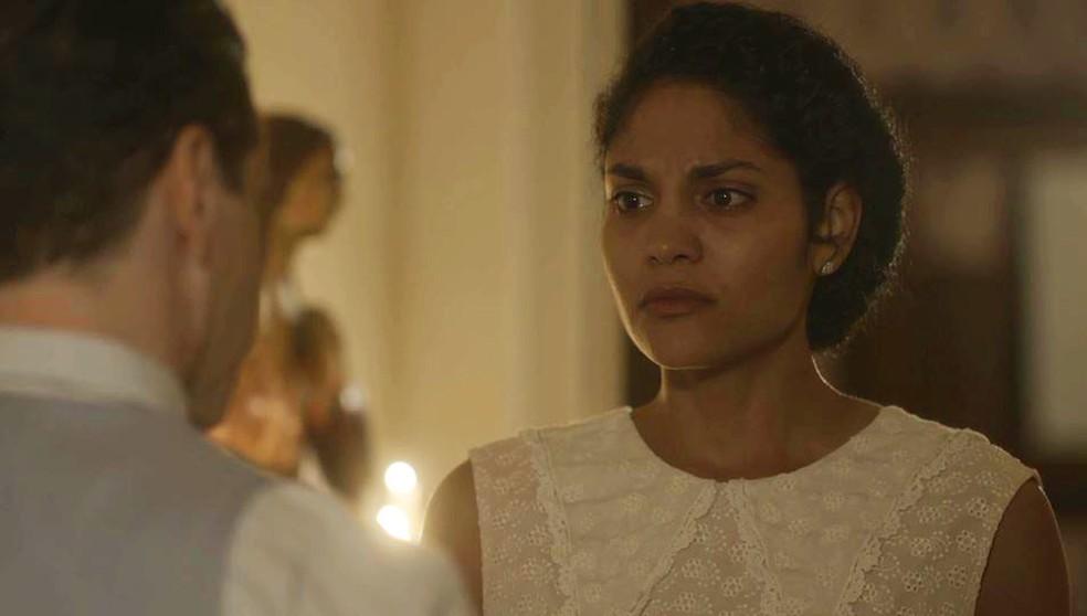 Shirley (Barbara Reis) fica preocupada ao ver que João Aranha (Caco Ciocler) trancou sua filha — Foto: Globo