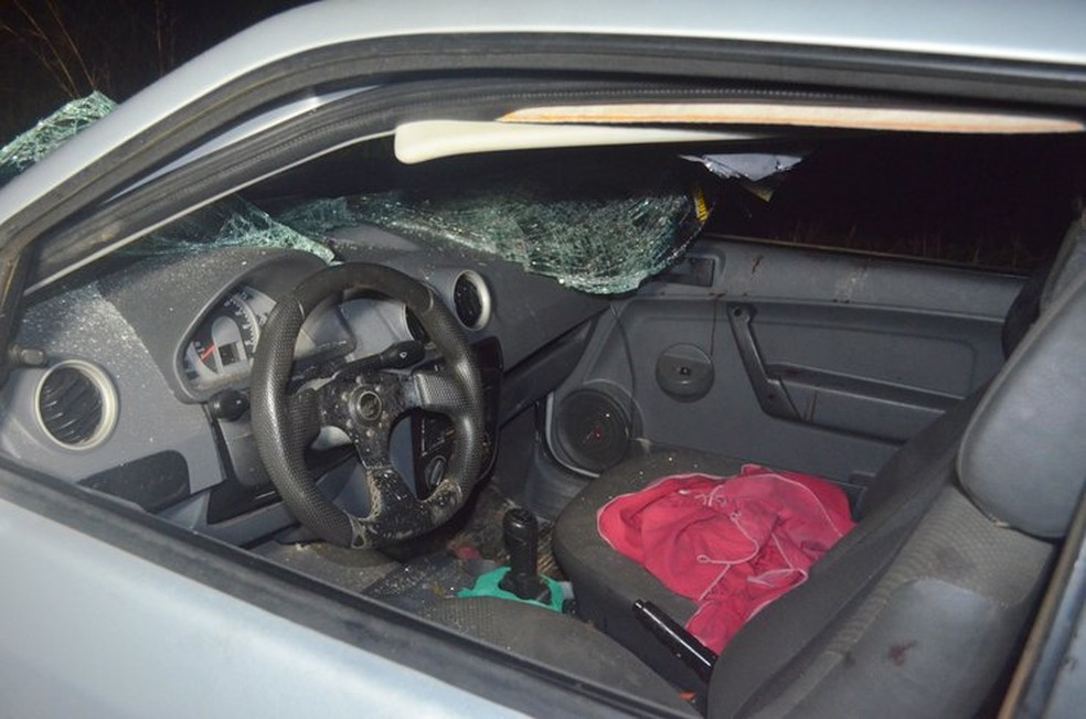 Um motorista que trafegava na rodovia avistou o acidente e socorreu as cinco pessoas até o Hospital  (Foto: Jaru Online/Reprodução)
