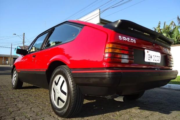 Versão S/R tinha borrachões, frisos vermelhos e aerofólio integrado (Foto: Reprodução)