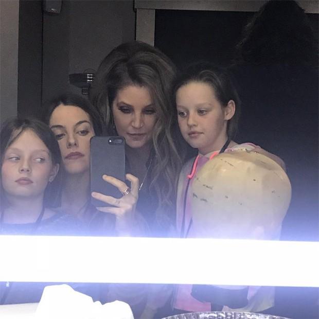 Lisa Marie com os filhos, Riley Keough, Finley e Harper Lockwood (Foto: Reprodução / Instagram)