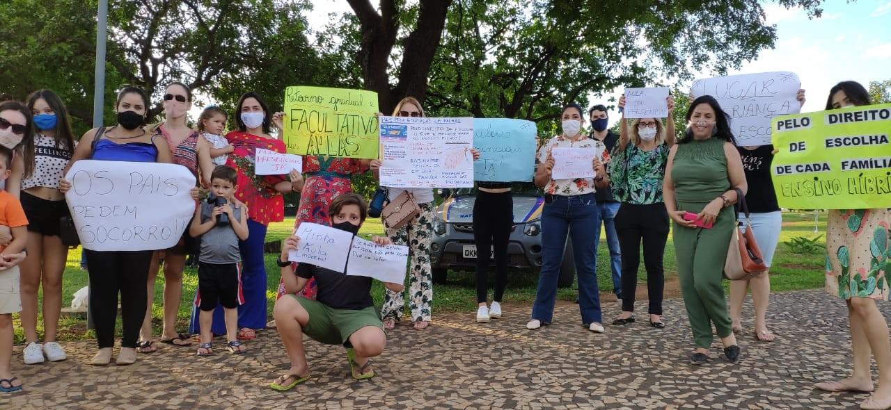 Pais de alunos de escolas particulares fazem protesto em Palmas e pedem retorno das aulas presenciais