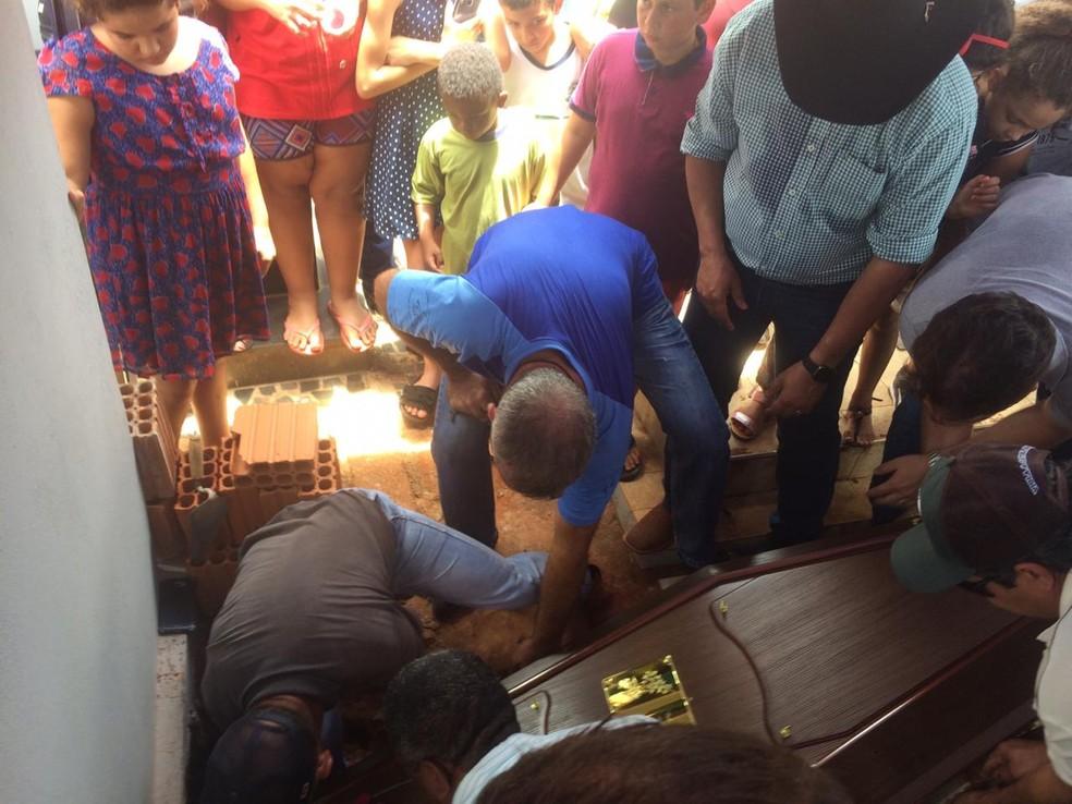 Corpo do locutor de rodeio Asa Branca é enterrado em Turiúba, no interior de SP — Foto: Marcos Lavezo/G1