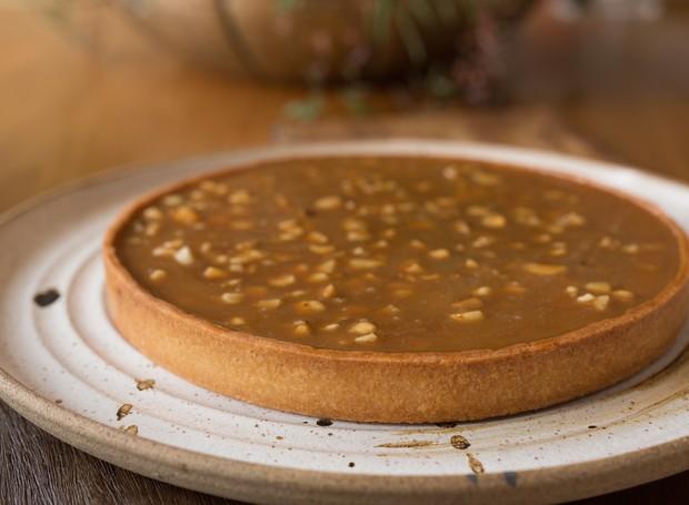 Receita de torta de chocolate com caramelo e castanha
