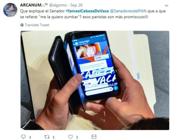 Senador flagrado trocando mensagens na câmara (Foto: Reprodução Twitter )