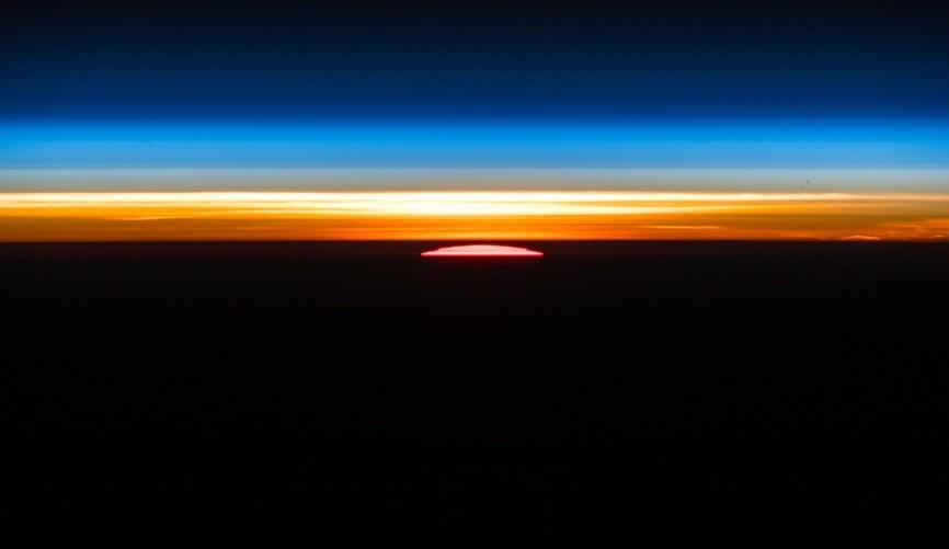 Nascer do sol registrado do espaço (Foto: Reprodução/Twitter)