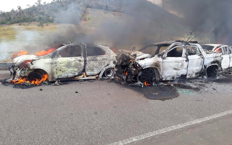 Carros tomados pelas chamas ficaram destruídos após engavetamento na BA-130, no sul da Bahia — Foto: Keile Araújo/Itororó Já