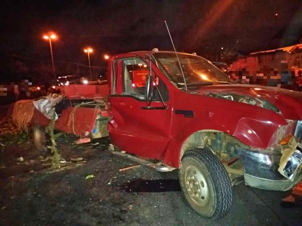 Borracheiro trocava pneu de caminhão pequeno quando foi atropelado na BR-101, em Engenho do Meio — Foto: Polícia Rodoviária Federal/Divulgação