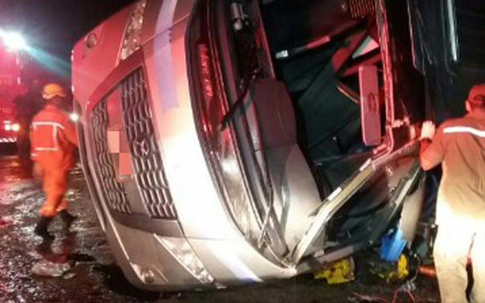 Acidente aconteceu na BR-101, em Jaboatão dos Guararapes, no Grande Recife, na noite da quarta-feira (16) (Foto: PRF/Divulgação)