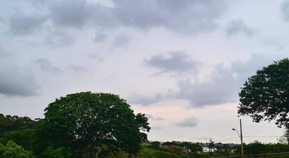 Imagem de céu nublado em Uberlândia na manhã desta quinta-feira (14) — Foto: João Ricardo Camilo/g1