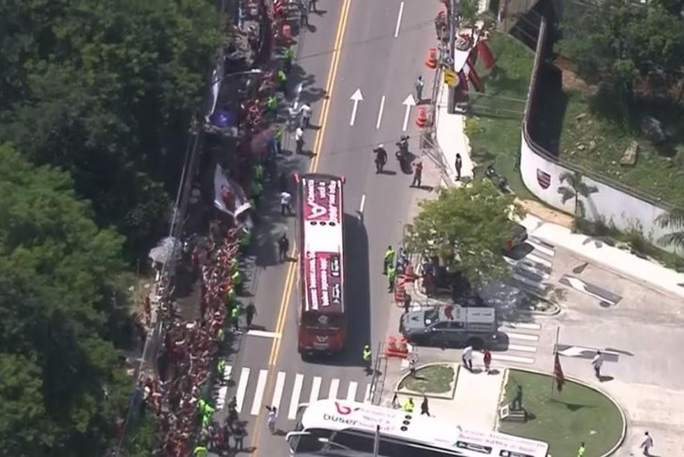 Ônibus do Flamengo deixa o Ninho — Foto: Reprodução