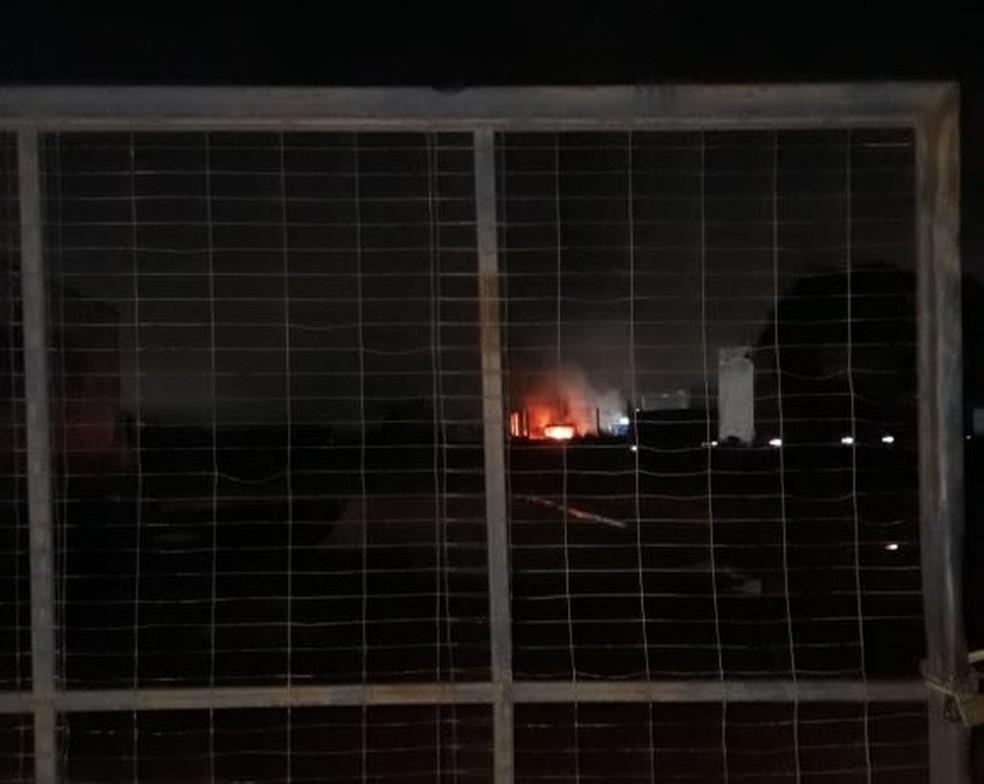 Incêndio atingiu caminhão em pátio de transportadora de Porto Velho  — Foto: Reprodução/Whatsapp