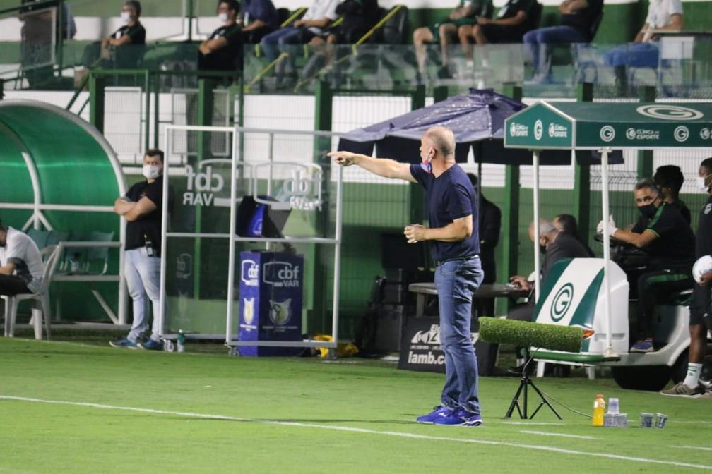 Mano Menezes durante jogo contra o Goiás; técnico discutiu com Enderson — Foto: Felipe Santana/EC Bahia