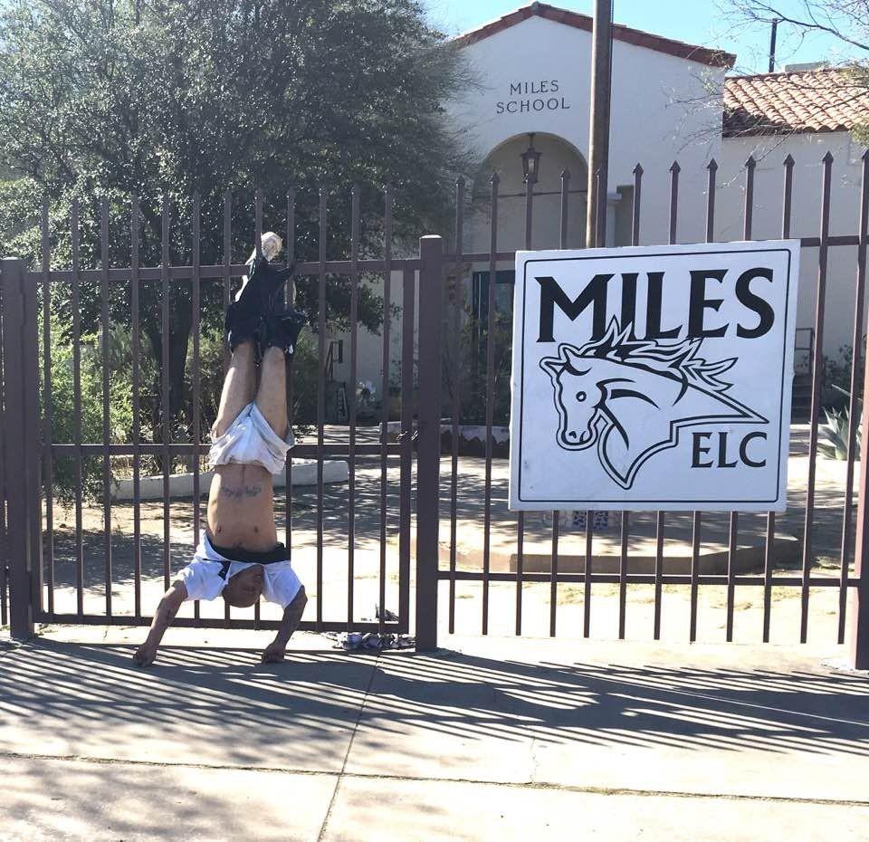 Ladrão fica preso em grade de escola