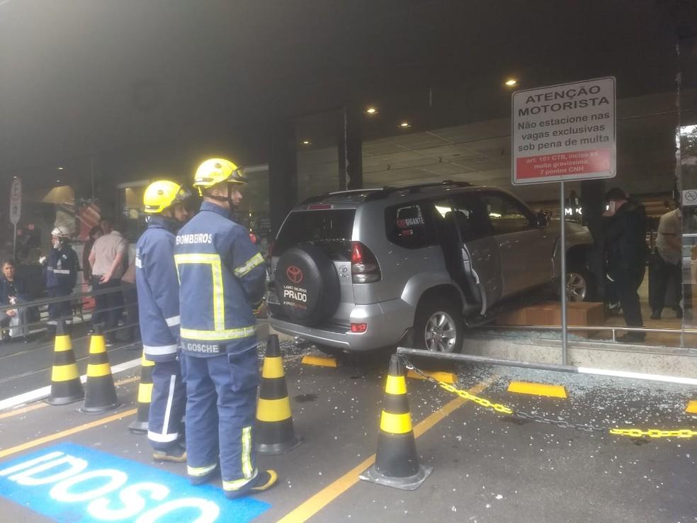 Motorista de 81 anos contou aos bombeiros que estava estacionando o carro quando teve um mal súbito e invadiu o mercado  — Foto: Paola Manfroi