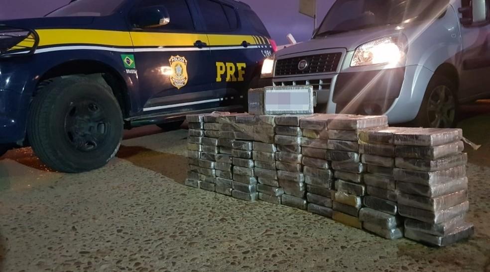 Com apoio de carro 'batedor', trio é preso ao levar mais de 100 kg de cocaína em rodovia na Bahia — Foto: Divulgação/PRF-BA