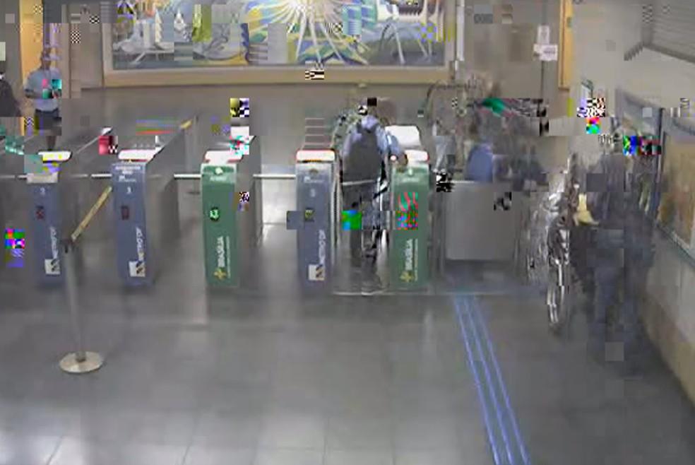 Imagens do circuito interno do Metrô gravaram cadeirante entrando na estação Metropolitana, em Taguatinga, no Distrito Federal, minutos antes dele cair nos trilhos  — Foto: Reprodução