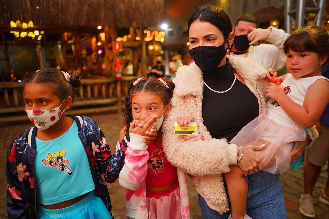 Thais Vasconcellos com Júlia, Sofia e Aurora (Foto: Reprodução Instagram)