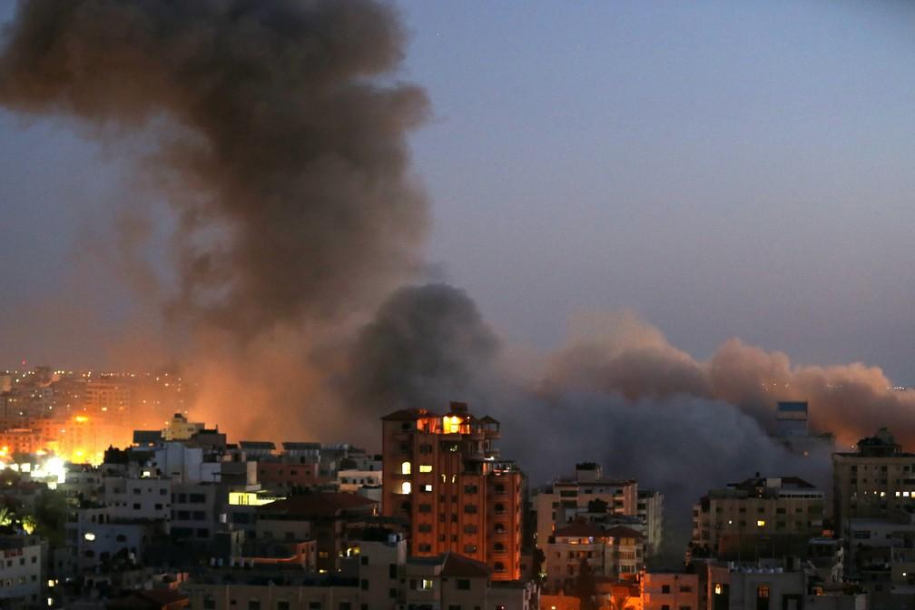 Fumaça na Faixa de Gaza após destruição de prédio de 13 andares nesta terça (11); palestinos acusam Israel de destruir o edifício — Foto: Ibraheem Abu Mustafa/Reuters