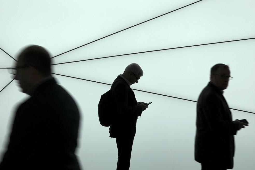 G1 dá dicas de como proteger seu celular e seus aplicativos de mensagens.  — Foto: Sergio Perez/Reuters