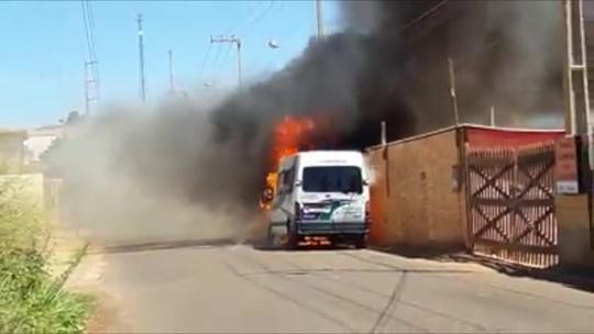 Van de lotação pega fogo no interior do Piauí após pane elétrica; veja vídeo
