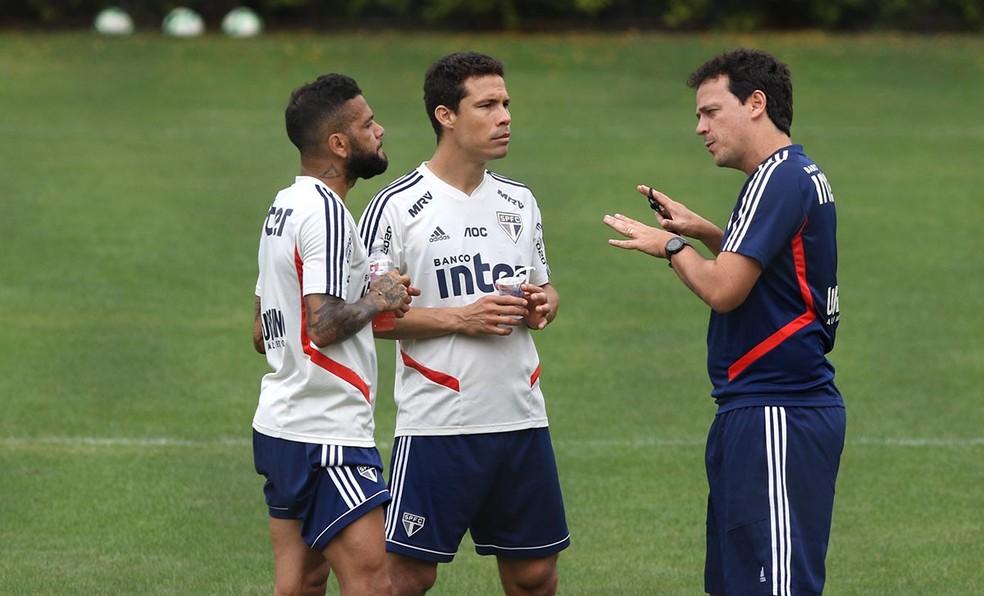 Daniel Alves, Hernanes e Fernando Diniz conversam no São Paulo — Foto: Rubens Chiri / saopaulofc.net