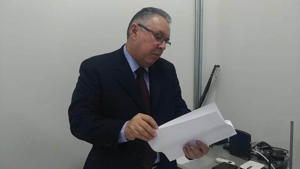 Delegado apresentou dois suspeitos em coletiva na DIG de Sorocaba  (Foto: Matheus Fazolin/G1)