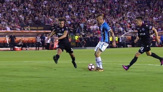 """Herói na final, Fernandinho dá volta por cima e ouve """"ordem"""" de Grohe: """"Vai ficar"""""""