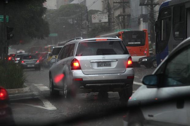 Carros na rua em dia de chuva (Foto: Guilber Hidaka / Editora Globo)