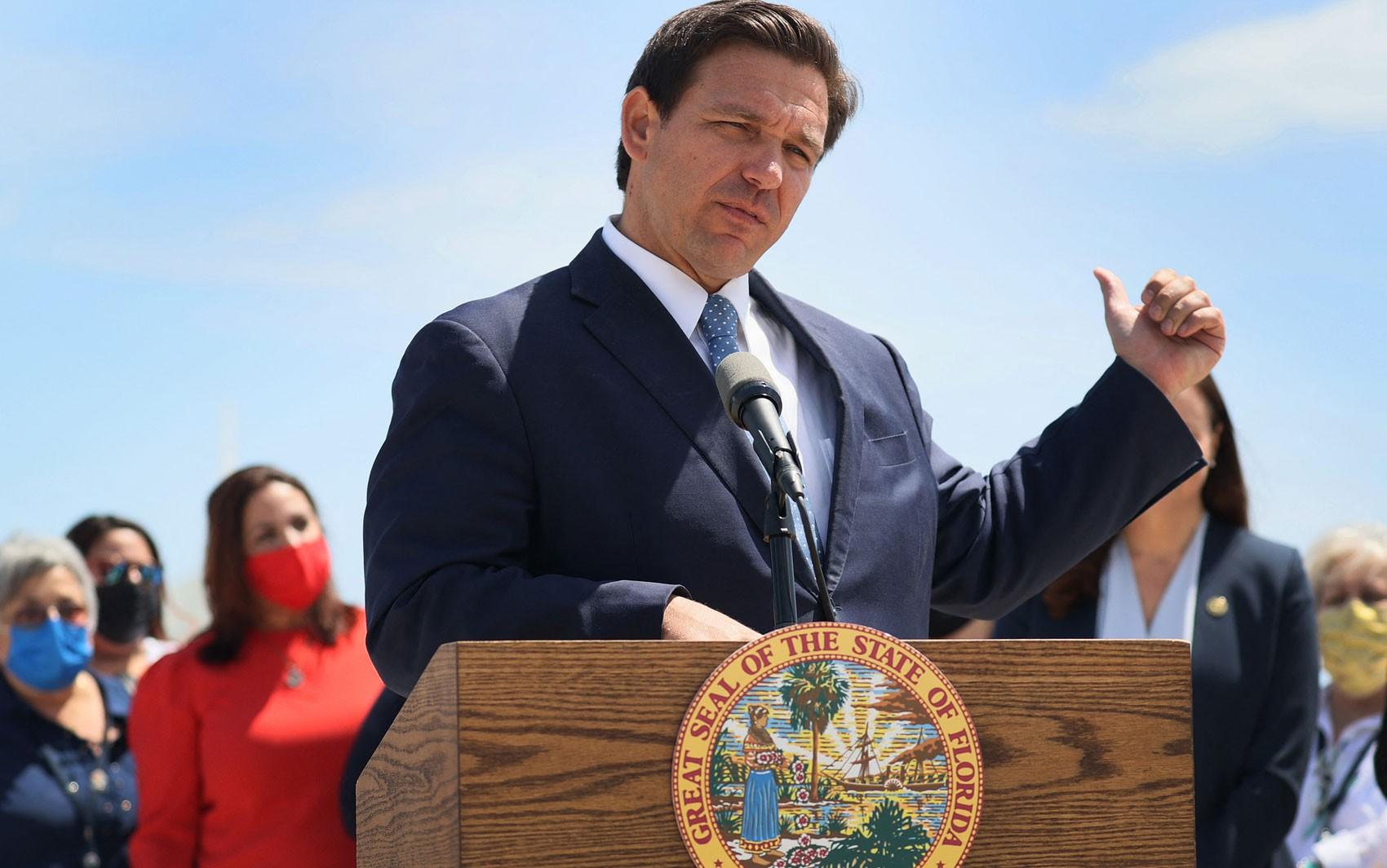 Governador da Flórida restringe voto por correio, agradando apoiadores de Trump