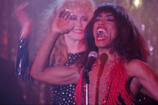 A atriz Angela Basset em cena da cinebiografia da cantora Tina Turner (Foto: Reprodução)