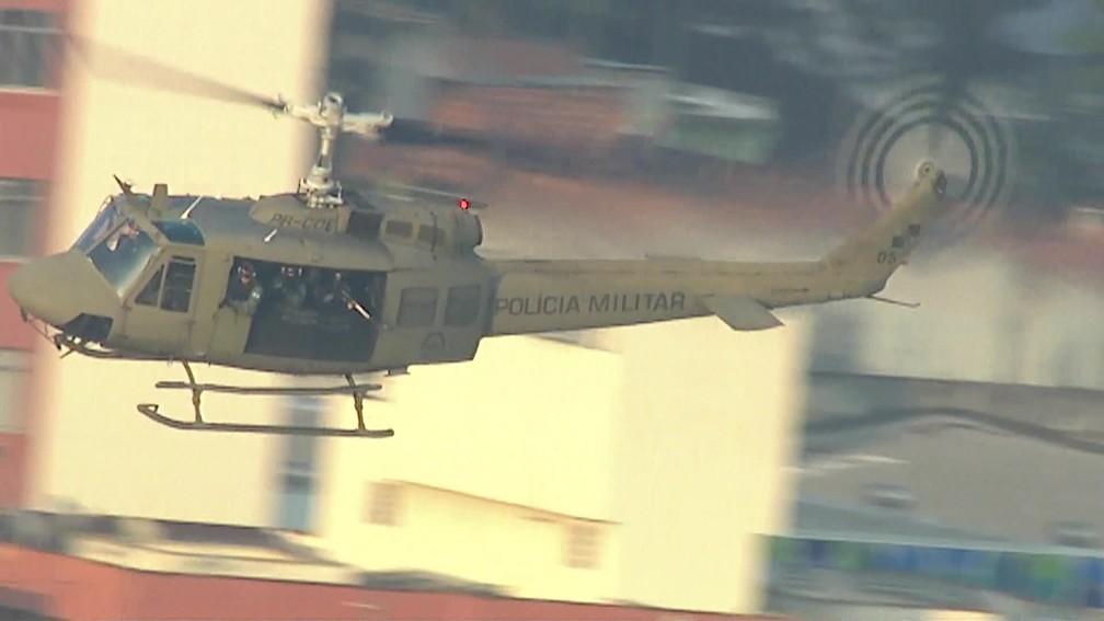Helicóptero da Polícia Militar sobrevoa a comunidade do Jacarezinho, no Rio, em operação em 2019 — Foto: Reprodução/ TV Globo