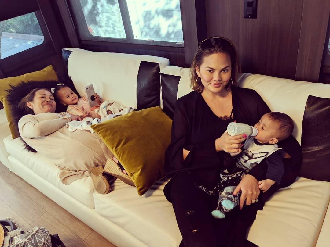 htChrissy Teigen e os filhos (Foto: Reprodução / Instagram)