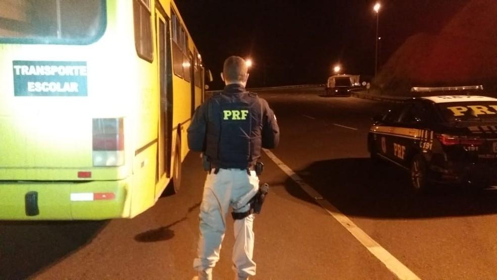 Ônibus escolar com maconha foi parado após passar por praça de pedágio em Juquiá, SP — Foto: Divulgação/Polícia Rodoviária Federal