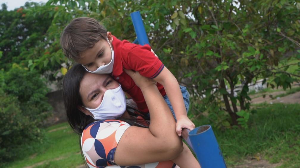 Durante um assalto, Rafaela se jogou no chão sobre o filho quando estava grávida, para protegê-lo dos assaltantes — Foto: Globo Repórter/ Reprodução