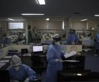 Médicos e enfermeiros na UTI do Hospital Pedro Ernesto | Alexandre Cassiano / Agência O Globo
