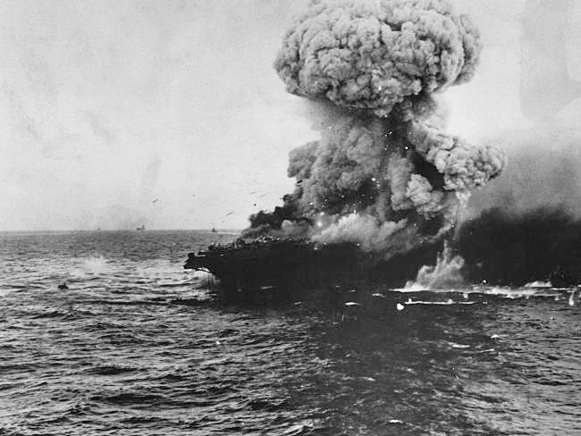 Momento em que o USS Lexington é atingido por projéteis japoneses (Foto:  U.S. Navy History & Heritage Command)