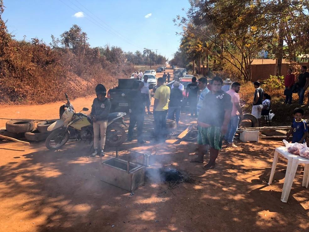 Moradores fazem fogueira para churrasco durante manifestação na Estrada do Japonês em Porto Velho — Foto: Marisson Dourado/CBN