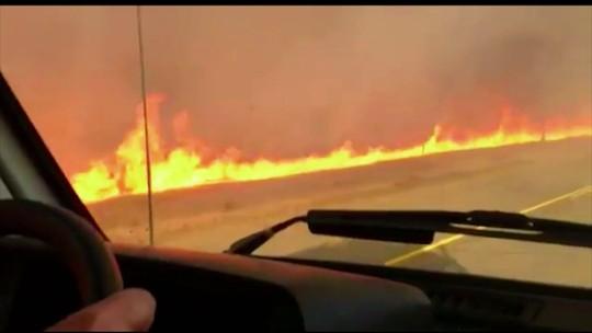 Você Só Tem uma Chance para tirar carro de estrada cercada por fogo