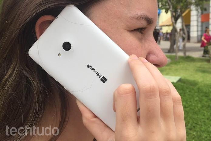 Lumia 535 é um celular barato com Windows 10 (Foto: Lucas Mendes/TechTudo)