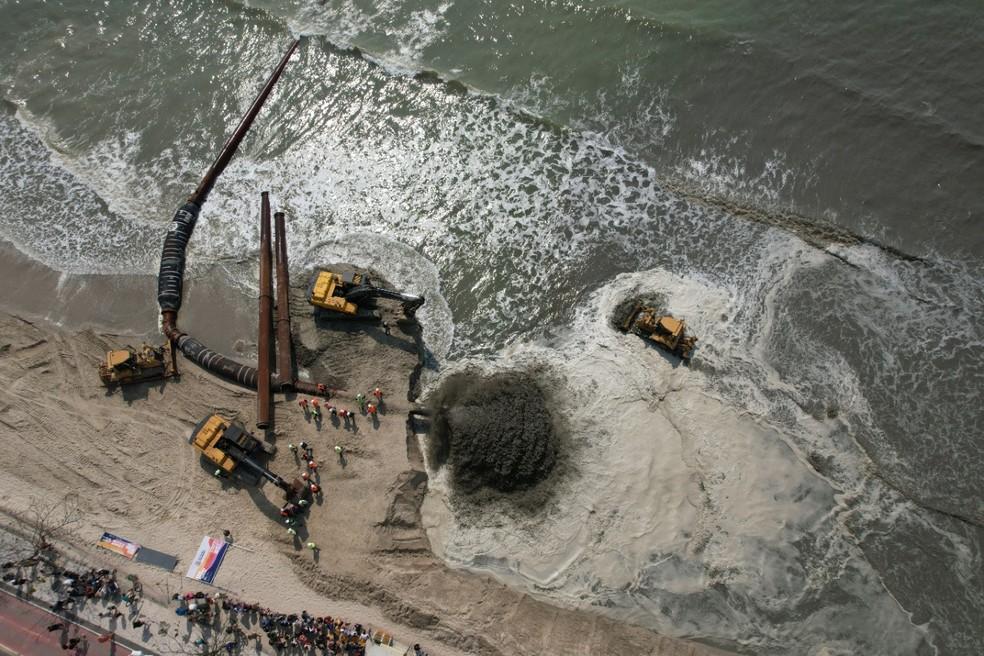 Areia chega à orla da Praia Central, em Balneário Camboriú, durante obra de alargamento — Foto: Isaac Orcino/Divulgação