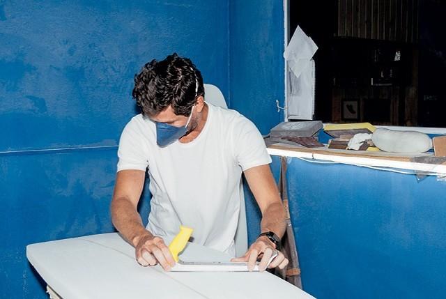 Felipe Cabeza: loja de pranchas artesanais e escola para surfistas que querem criar seus próprios designs (Foto: Vítor Jardim)