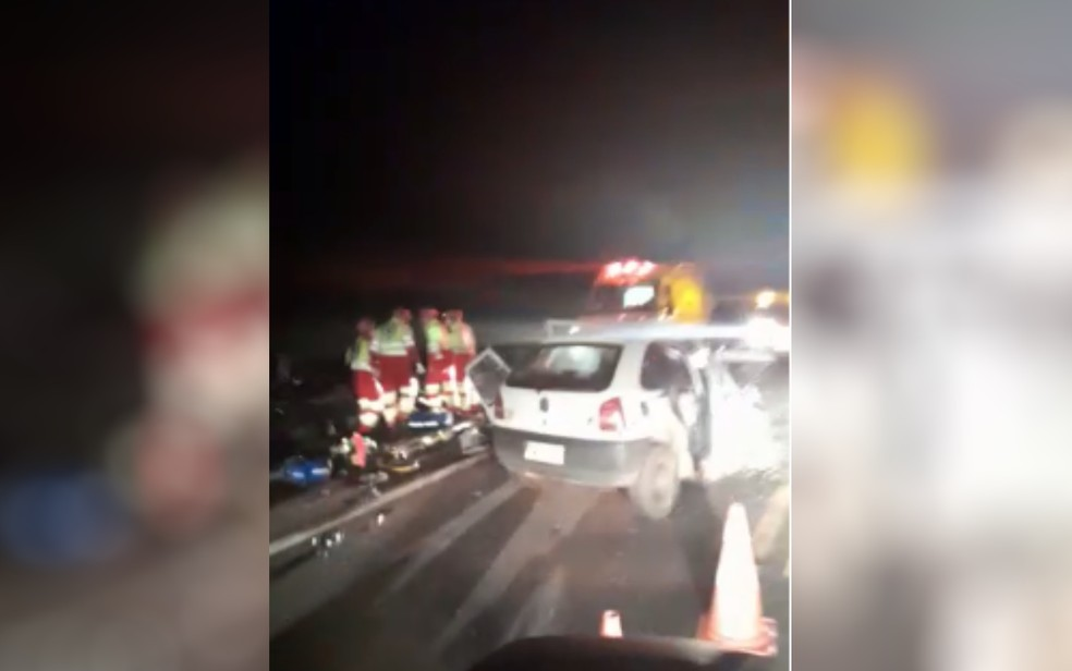 Acidente mata quatro pessoas e deixa carro destruído na BR-364, em Caçu — Foto: Reprodução/TV Anhanguera