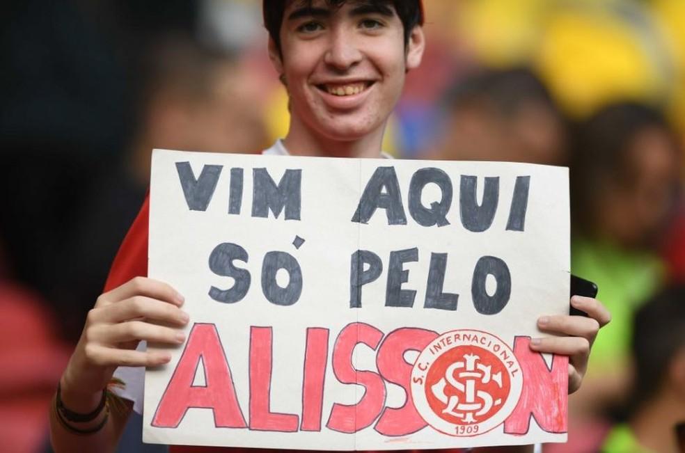 Torcedor colorado mostra cartaz em homenagem ao goleiro — Foto: Ricardo Duarte/Internacional/Divulgação