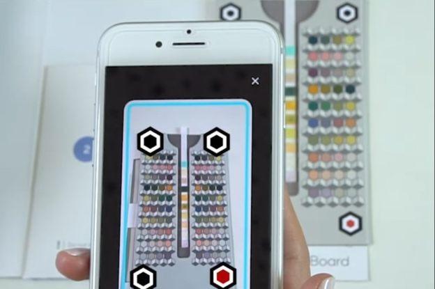 O aplicativo de exame de urina analisa a vareta e avalia as alterações de cor em relação a um gráfico  (Foto: Health.yo/via BBC News Brasil)