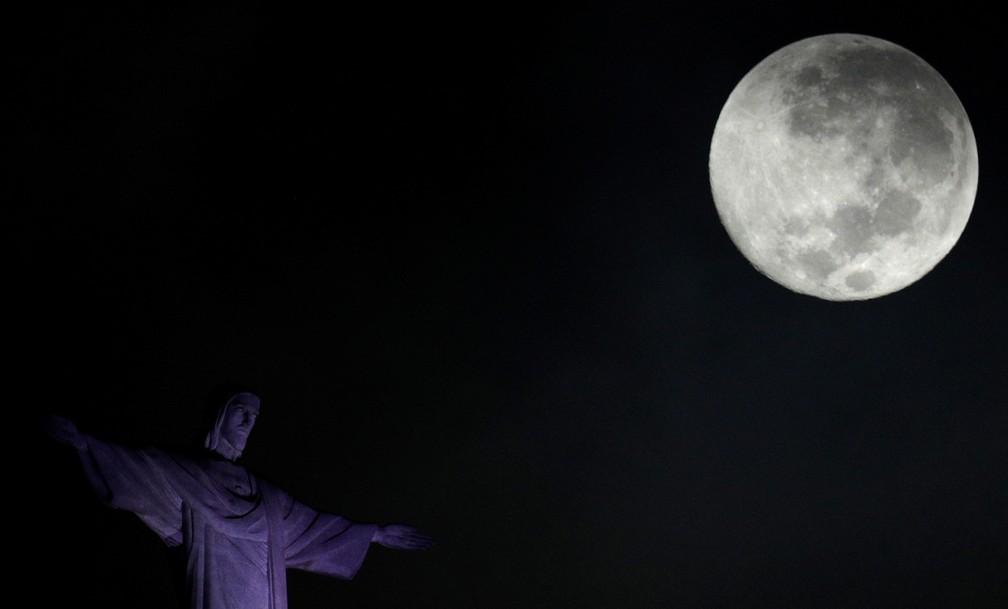 A superlua de 2018 é vista perto da estátua do Cristo Redentor, no Rio de Janeiro. Em 2020, a superlua poderá ser vista de março a maio, durante as fases da lua cheia — Foto: Ricardo Moraes/Reuters