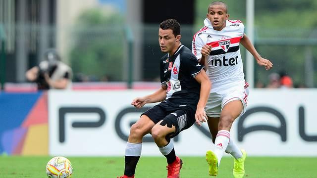 Lance do primeiro tempo entre São Paulo e Vasco