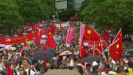 Em Hong Kong, grupo de manifestantes protesta em apoio à China e à polícia