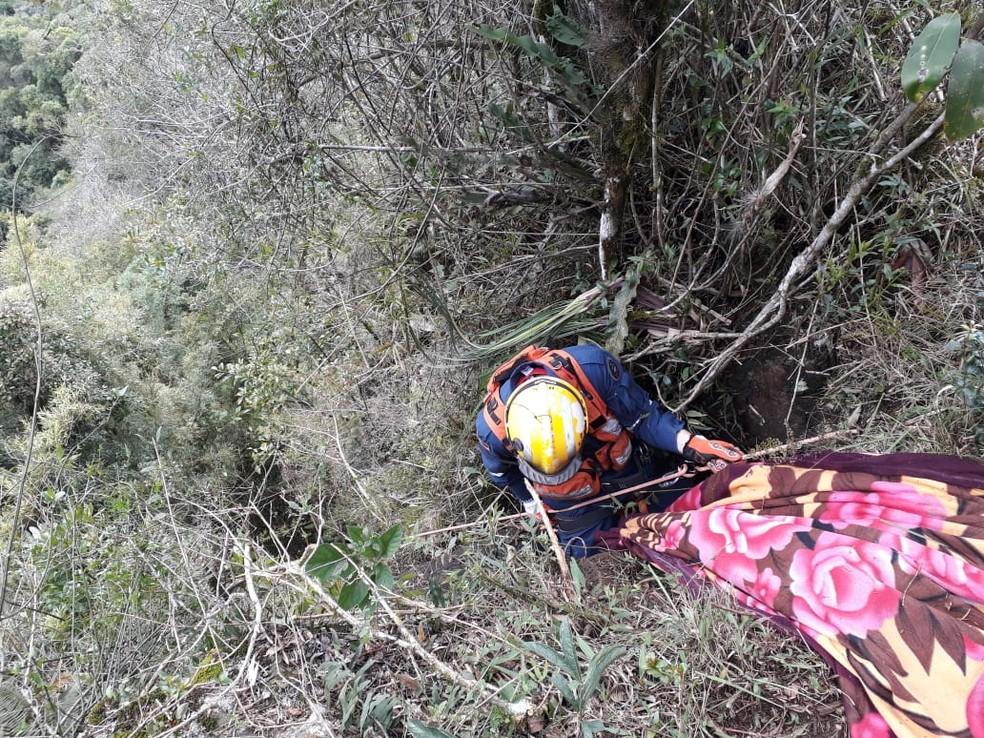 Corpo foi achado em barranco em Bocaína do Sul — Foto: Corpo de Bombeiros de Lages/Divulgação
