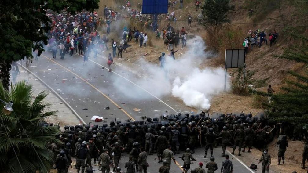 Nos confrontos houve golpes de paus e gás lacrimogêneo — Foto: Reuters/BBC